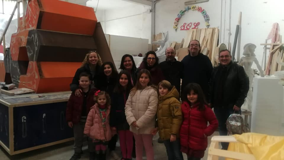 Components of the Falla de el Toro take advantage of Christmas to visit the workshop of Jordi Palanc