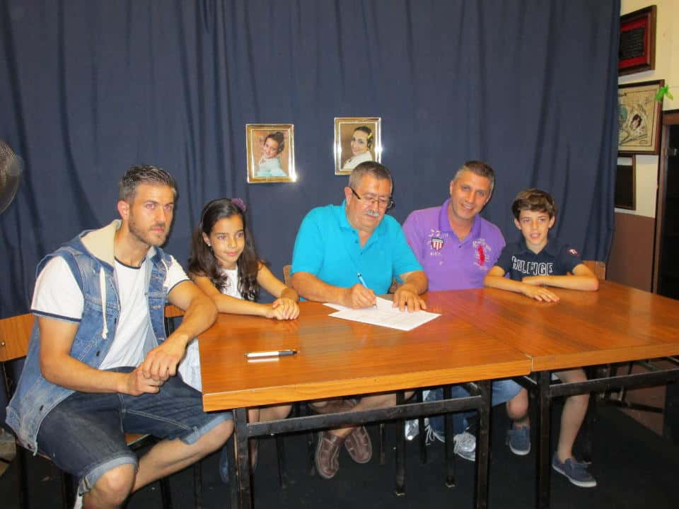 Signing of contract with the artist of the child tree Plaza for the 2017 Falla Falla 1